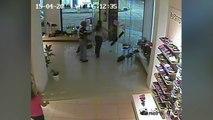 Une caméra de surveillance capte des images terrifiantes d'une tornade qui s'attaque à un magasin de chaussures !