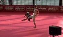 Une femme danse avec son chien lors d'une compétition