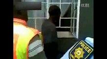 警察让小偷重演铁花窗小口进屋