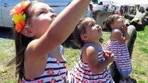 Un boss du cerf-volant s'amuse à rendre folles 3 petite filles