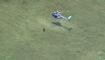 Un policier saute d'un hélicoptère pour arrêter un suspect