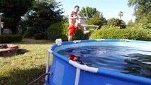 Il se baigne dans une piscine remplie de Coca-Cola
