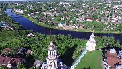Vue surprenante d'un clocher filmée par un drone