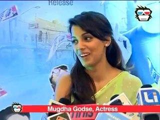 Why does Mugdha Godse feel inferior at the trailer launch of 'Kaagaz Ke Fools'?