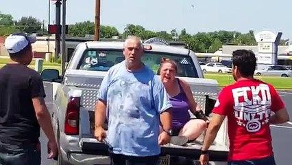 Un idiot bat sa femme dans un stationnement, mais il va vite le regretter!