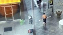 Un malade mental attaque des touristes dans un centre commercial !