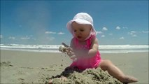 Un bébé surpris par une vague... La tête trop marrante
