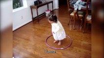 Elle a sa façon bien à elle de faire du Hula Hoop. Trop mignonne