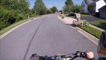 Un motard fait une roue arrière pour impressionner une jolie fille