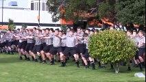 Haka de centaines d'étudiants Néo Zélandais aux funérailles d'un professeur