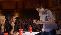 Ce magicien réalise un tour de magie bluffant avec des Rubik's Cube !