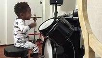 Ce petit garçon joue de la batterie comme un grand, c'est un génie !