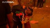 Un enfant portugais console un supporter français
