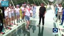Des volontaires téméraires testent la solidité d'un pont en verre à coups de marteau