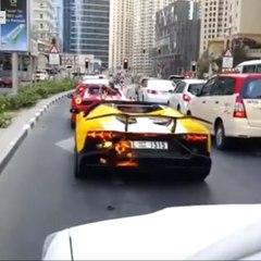 Le conducteur s'enflamme, sa Lamborghini part en fumée