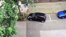 Cette femme au volant tente de se garer sur une place de parking… mais échoue lamentablement !