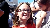 Francofolies de La Rochelle : les fans de Louane chantent en attendant le concert
