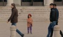 Une fillette pauvre laissée seule dans la rue se fait ignorer des passants !