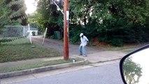 Il met de la musique pour accompagner un gars qui danse dans la rue