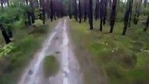 Un cycliste a une très mauvaise surprise dans les bois : course poursuite et peur de sa vie