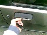 Vous avez laissé vos clés à l'intérieur de la voiture ? Voici une technique sympa et efficace pour la déverrouiller en 10 secondes !