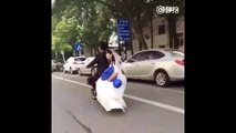 Une jeune mariée fait une grosse chute en scooter et son mari trace sa route !