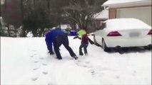 Ce père assomme son enfant avec une boule de neige géante