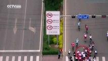 Un spectateur provoque une chute violente du peloton en voulant prendre une photo au milieu de la route ! - cyclisme