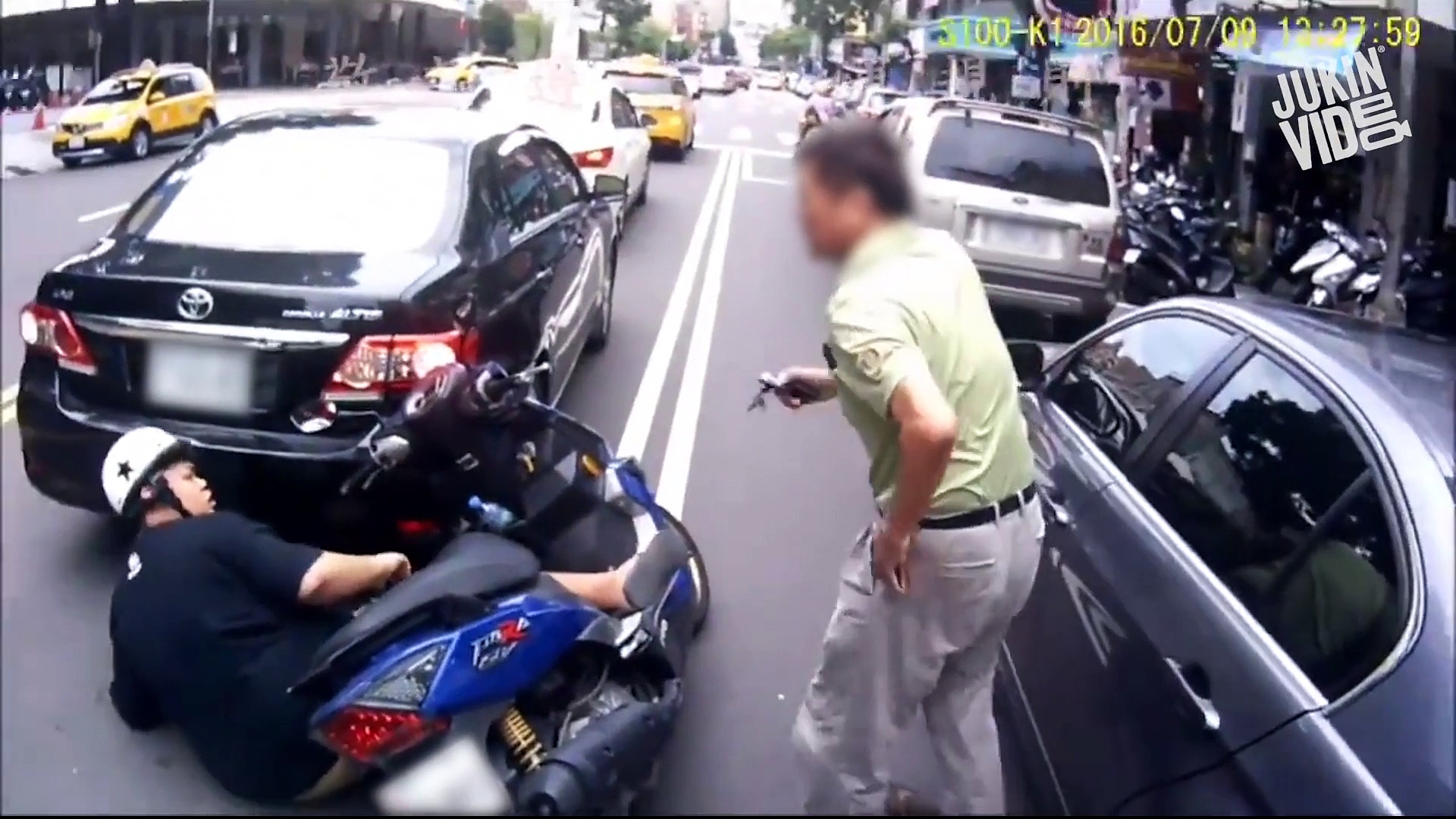 Driver Struggles With Scooter – Trouble Scooter