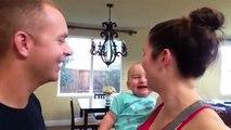 Un bébé plié de rire quand papa et maman s'embrassent