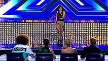 Très intimidé elle peine à monter sur scène, mais dès les premières notes les juges sont épatés