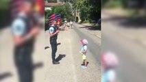 Un petit garçon chante La Marseillaise face à un policier