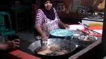 Elle plonge ses mains dans l'huile bouillante et même pas mal!!!