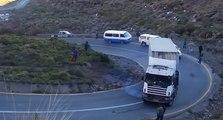 Un camion ne peut plus freiner dans une descente et percute un autre camion en panne !