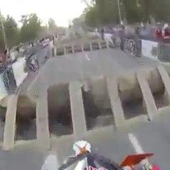 Une incroyable course d'obstacle en moto