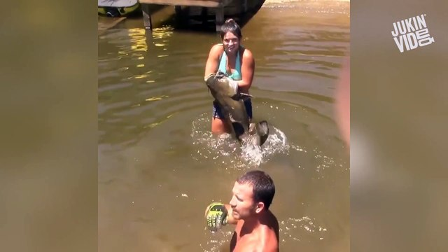 Girl Catches Huge Catfish With Bare Hands - Catfish Noodling