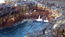 La piscine naturelle la plus dangereuse au monde... Ces baigneurs passent à ça de la mort!