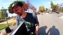 Ils font du skateboard avec une télévision à écran plat