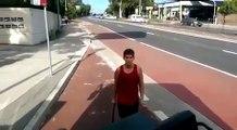 Ce fou attaque un bus et défonce le pare brise à mains nues à Sydney !