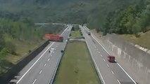 Un camion fait demi-tour sur l'autoroute