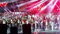 15000 personnes chantent et jouent seven nation army