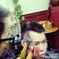 Se faire couper les cheveux avec un marteau et une hache... Bizarre ce coiffeur