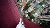 Ce taré s'amuse sur les toits des gratte-ciels!