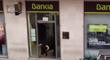 Un taureau s'incruste dans une banque en pleine corrida