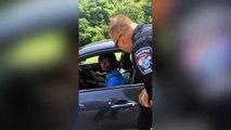 Des policiers arrêtent des automobilistes pour leur donner des glaces