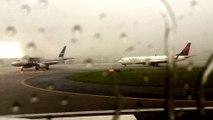 Un avion de ligne frappé par la foudre sur un aéroport