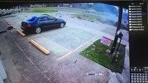 Un automobiliste sort indemne d'un terrible accident de voiture.. Comment c'est possible???