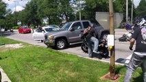 Un chauffard essaie d'écraser des motards qui bloquent la route - Road rage impressionnant
