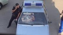 Une fille ivre va éclater le pare-brise de ce policier... à coup de pied et de l'interieur