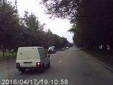 Ce motard pas prudent essaie de doubler une camionnette et c'est le crash